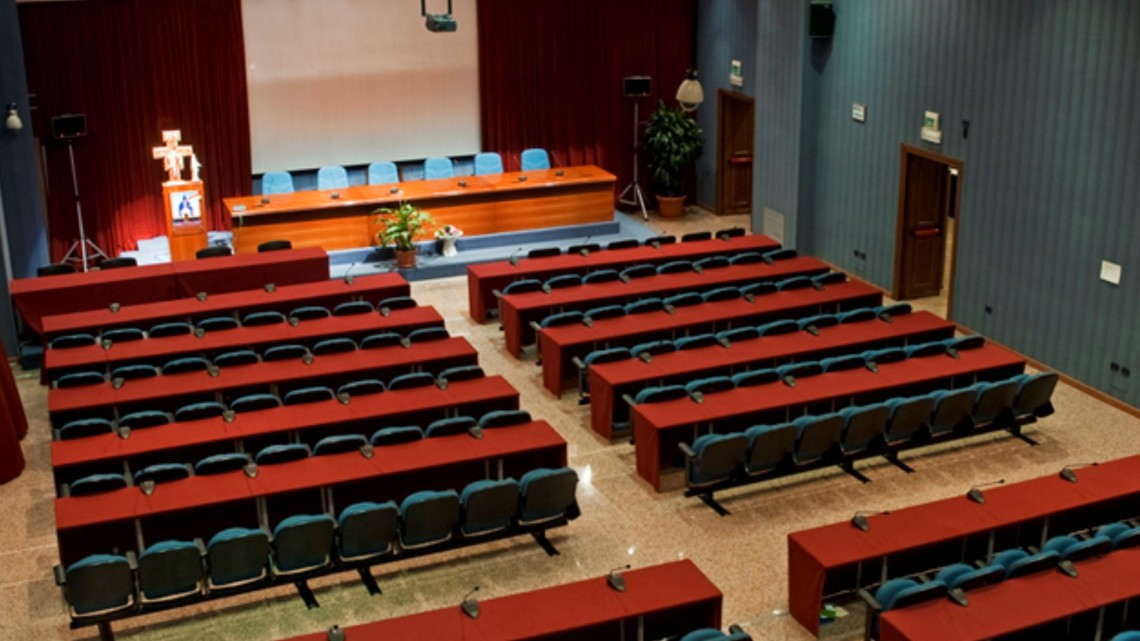 centro-congressi-assisi-domus-pacis-auditorium-il-cantico-disposizione-classroom-vista-alto